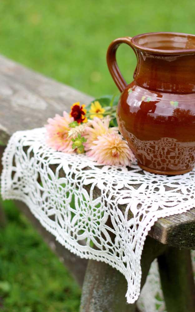 Guardanapo de crochê branco e rústico combinando perfeitamente com o clima de campo