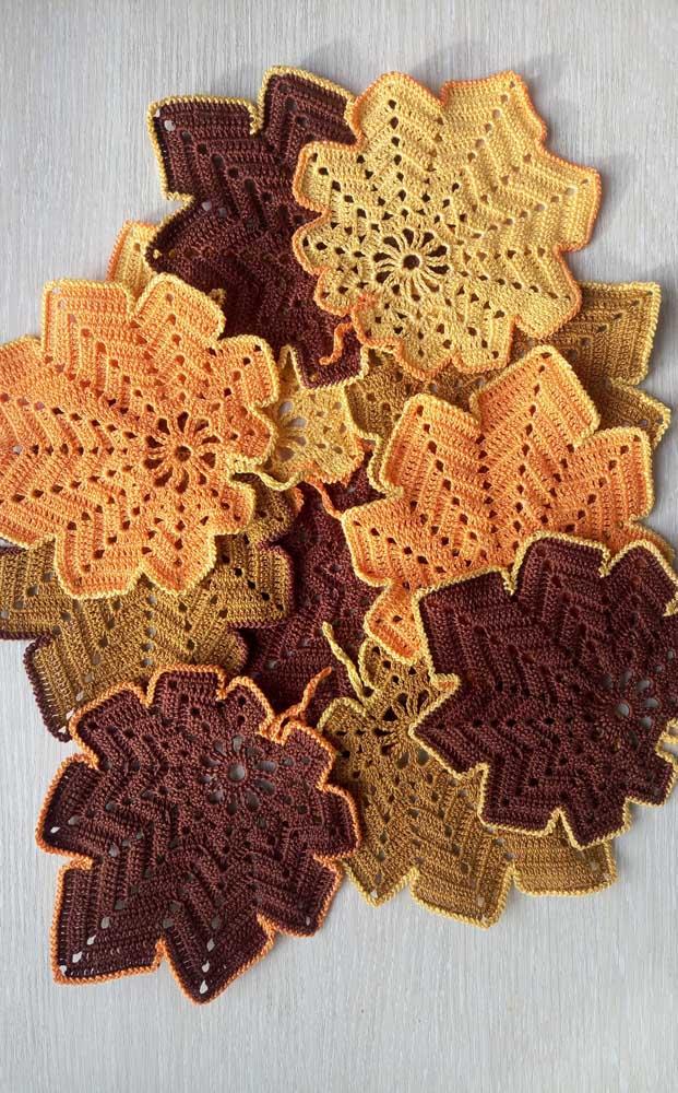 Guardanapo de crochê em formato de folhas e na cor das folhas