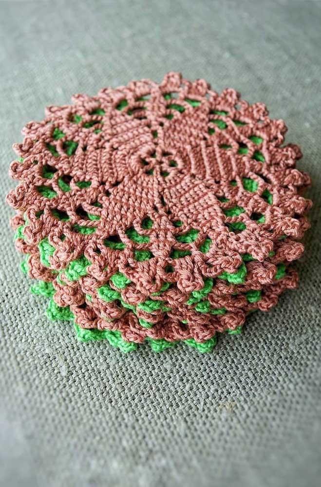 Conjunto de guardanapos de crochê em duas cores diferentes; para criar esse efeito mais delicado perceba que foi usada uma linha e agulha fina