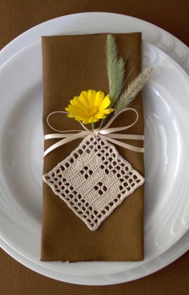 Um mimo na mesa de jantar com o pequeno square de crochê; sugestão ideal para uma mesa posta de casamento ou de noivado