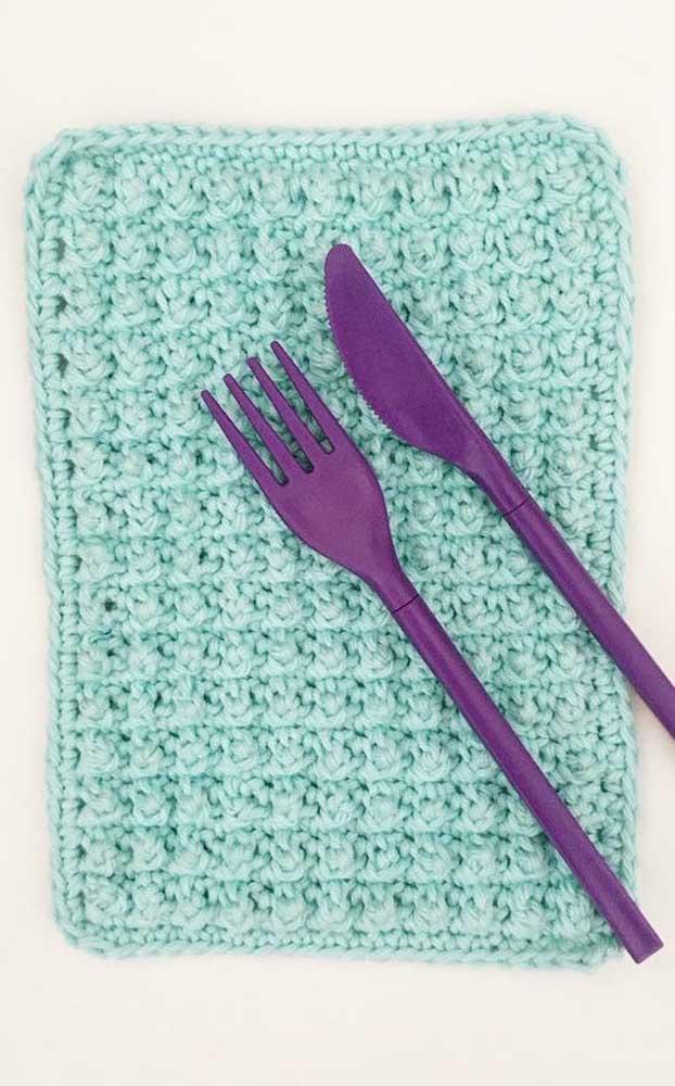 Guardanapo de crochê quadrado com pontos bem unidos e apertados