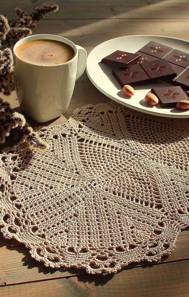 Já aqui, o modelo maior de guardanapo de crochê pode ser usado também como sousplat