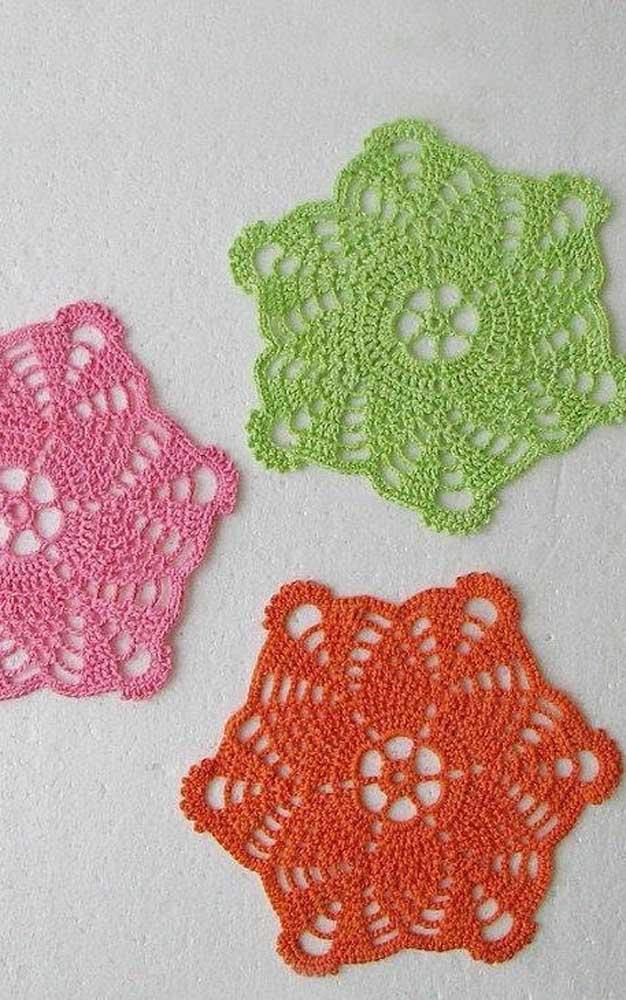 Combine as cores do guardanapo de crochê com a decoração da sua cozinha e com as louças do armário