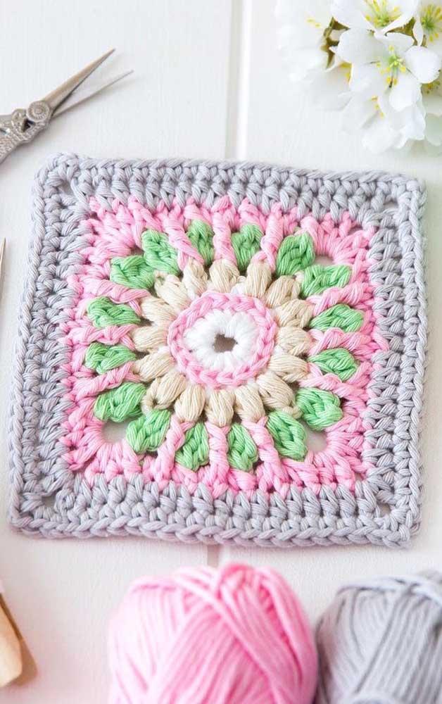 Cinza, rosa, amarelo e verde se unem para formar esse pequeno e charmoso guardanapo de crochê