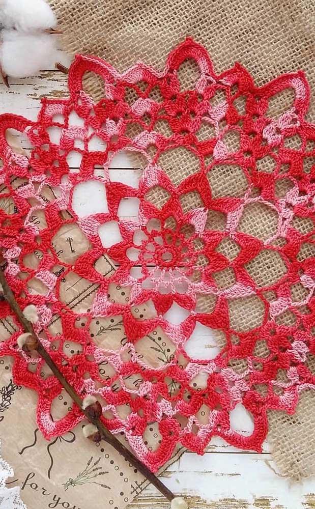 Modelo delicado de guardanapo de crochê em tons de rosa e vermelho