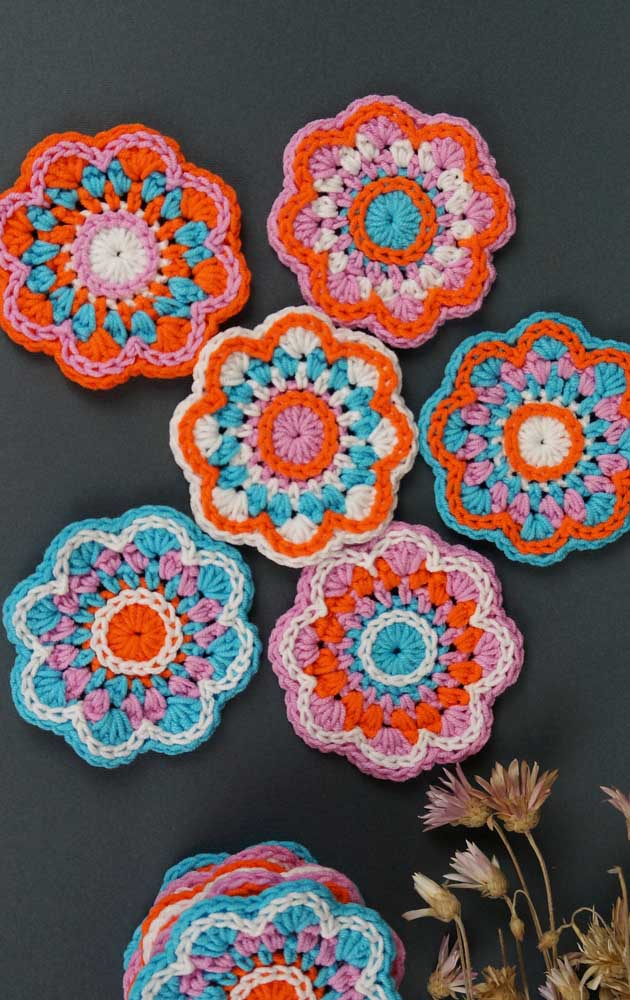 Flores coloridas de crochê para alegrar o dia e a mesa de jantar