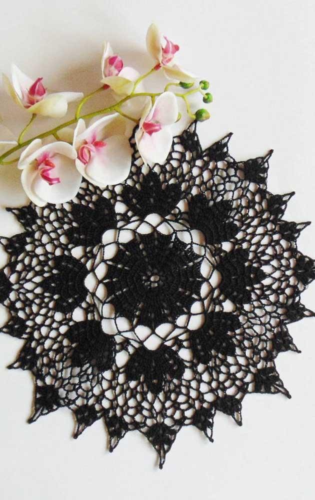 A elegância de um guardanapo de crochê preto é indiscutível