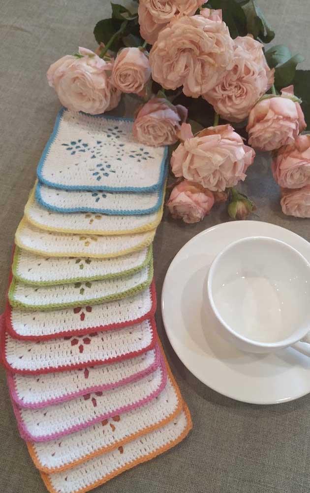 Um arco íris de guardanapos de crochê
