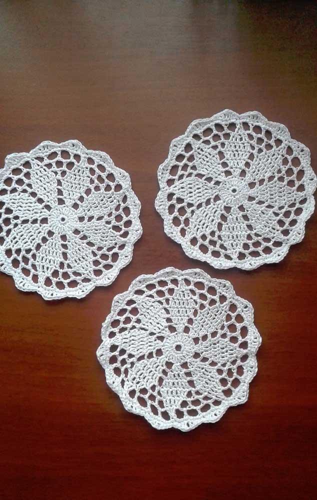 Trio de guardanapos brancos de crochê