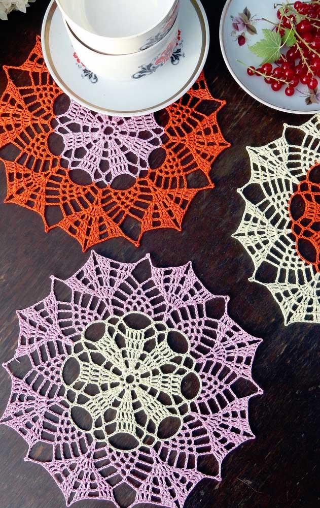 O fio fino e delicado cria guardanapos de crochê elegantes e, ao mesmo tempo, simples