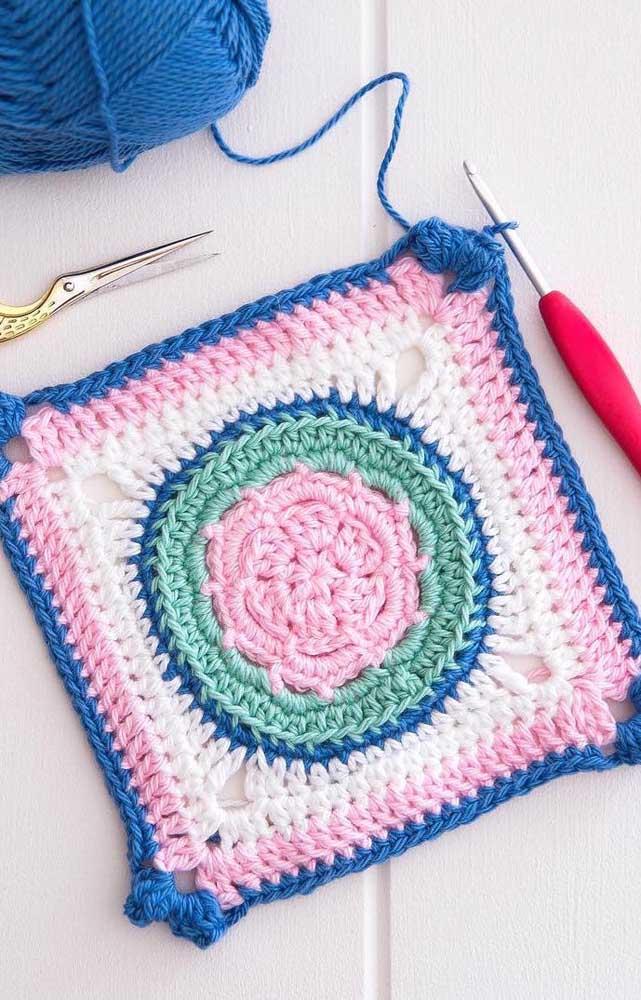 Que tal uma combinação entre azul, branco, rosa e verde para o guardanapo de crochê? Aqui, a mistura deu certo
