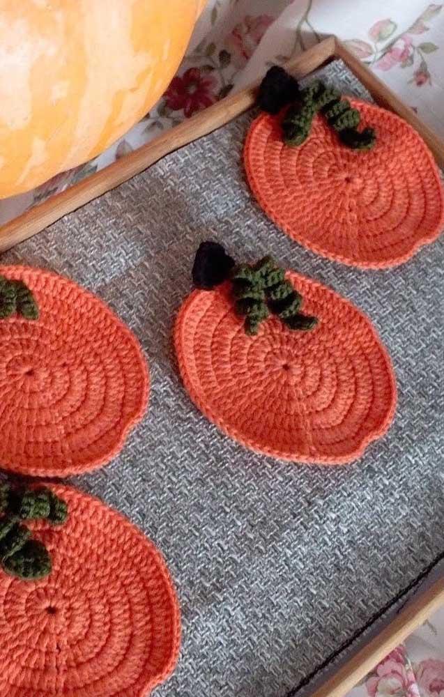 Guardanapos de crochê redondos na cor laranja com aplique também em crochê