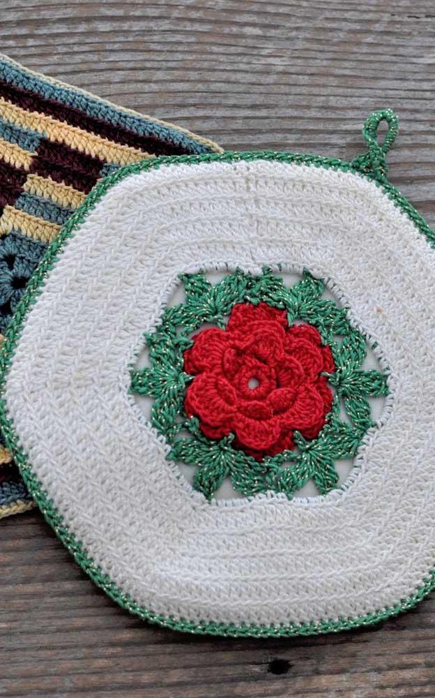 Esses guardanapos de crochê ganharam pequenos ganchinhos que podem ser usados para pendurá-los na parede