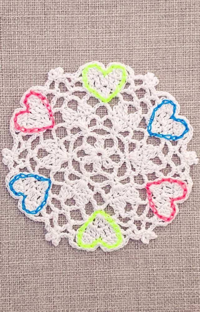 Esse guardanapo simples de crochê feito com barbante cru ganhou um detalhe muito especial e colorido