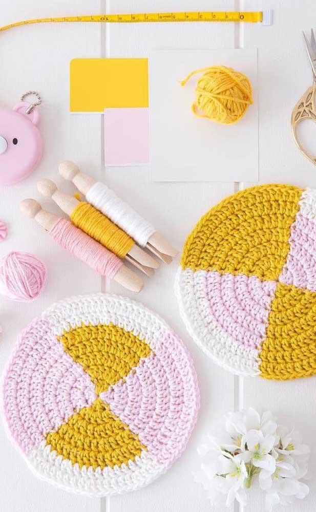 Olha que inspiração diferente e delicada de guardanapo de crochê!