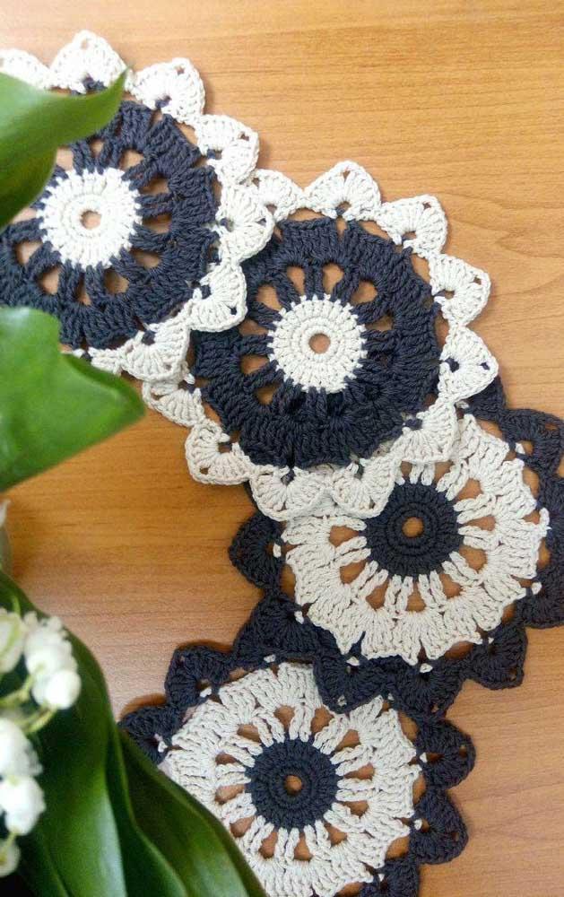 O preto e o branco estão sempre na moda, inclusive, nos guardanapos de crochê