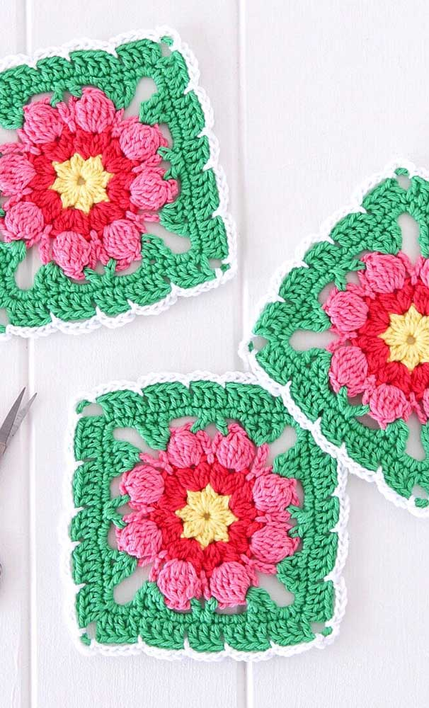 Guardanapos de crochê quadrados com centro de flores; repare no bonito contraste criado entre as cores usadas na peça