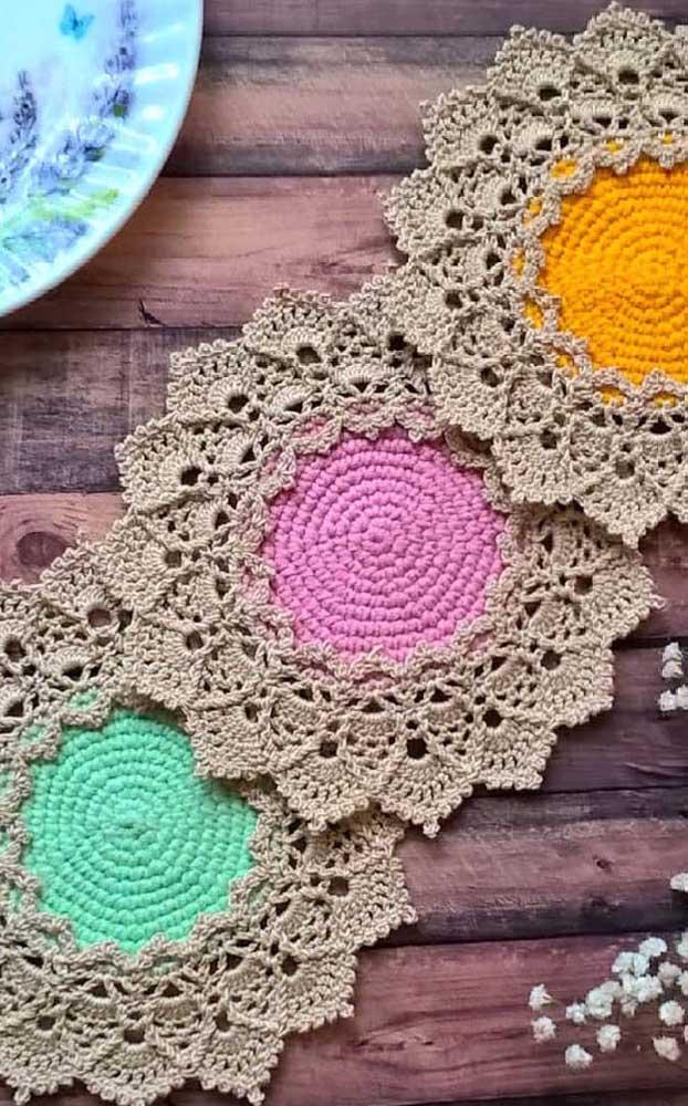 Que tal mesclar dois tipos de crochê em um mesmo guardanapo?
