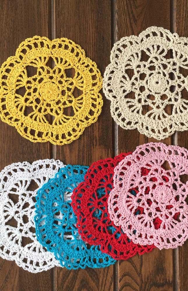 Guardanapos de crochê em cores variadas para a mesa de jantar