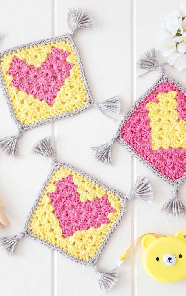 Que charmosos esses guardanapos de crochê com detalhes de coração; repare ainda nas franjinhas nas pontas de cada peça