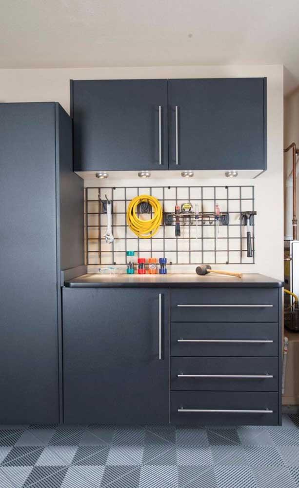 Na cozinha, o tapete emborrachado ajuda a proteger o piso dos respingos de água que caem da pia