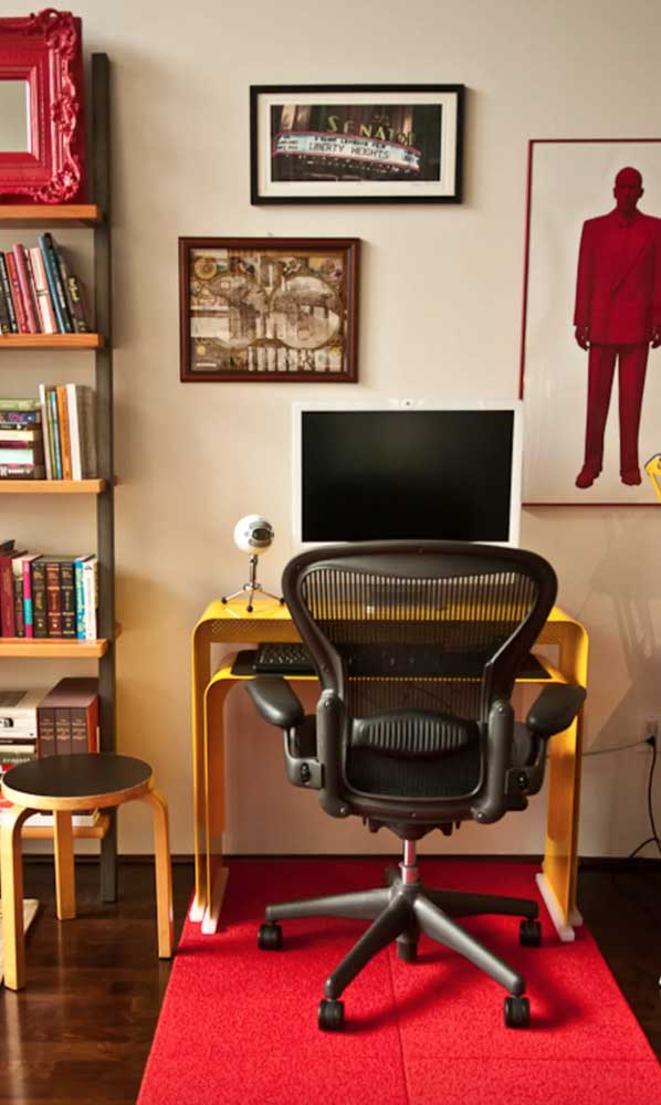 No home office, o tapete emborrachado traz conforto para os pés