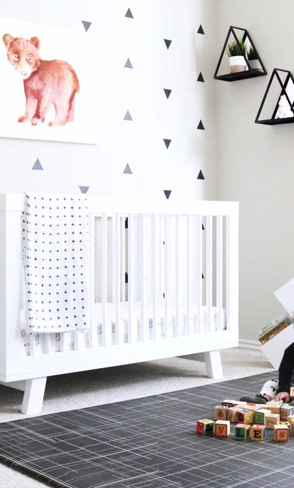 Tapete emborrachado preto com detalhes de linhas brancas para o quarto infantil, mas com essa estampa poderia ser usado tranquilamente em outros ambientes da casa, como a sala ou o quarto dos pais