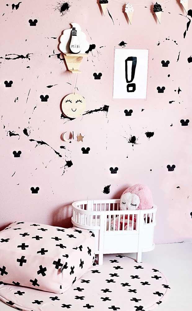 Puff, parede e tapete emborrachado em uma mesma composição de estampa para o quarto infantil