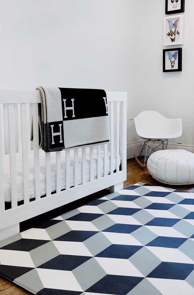 Formas geométricas modernas estampam esse tapete emborrachado no quarto infantil