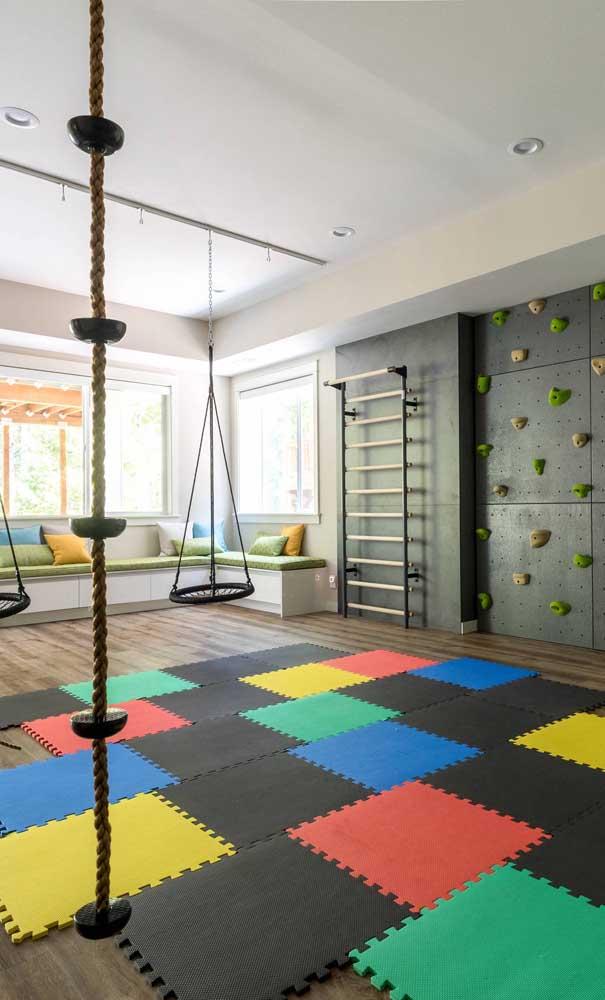 Academias e áreas de atividades físicas são espaços perfeitos para receber a funcionalidade dos tapetes emborrachados.