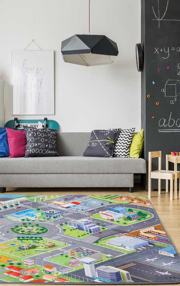 Uma mini cidade estampada no tapete emborrachado; opção perfeita para trazer diversão e ludicidade para os pequenos