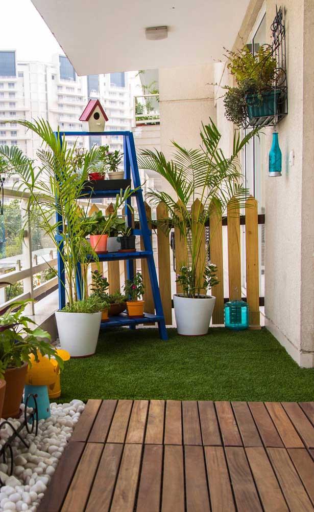 Tapete emborrachado com efeito de grama sintética; uma opção para deixar a varanda do apartamento mais verde