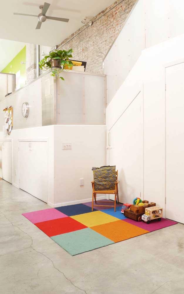 Não é só criança que se rende ao charme de um tapete emborrachado todo colorido
