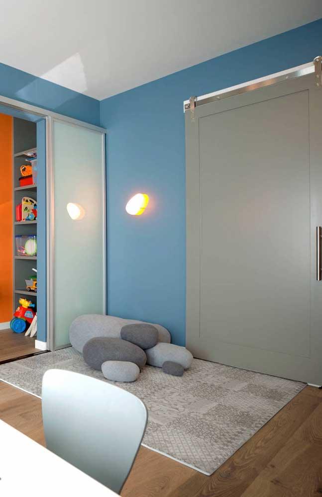 Um cantinho relax no quarto feito com tapete emborrachado e muitas almofadas