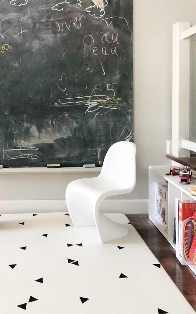 Mas para quem prefere um modelo mais minimalista pode apostar em um tapete emborrachado grande na cor branca com pequenos detalhes pretos