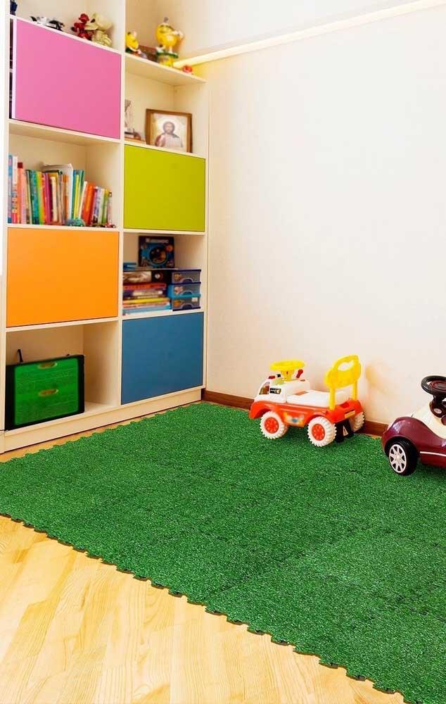 O tapete emborrachado que imita grama é uma ótima opção para quartos infantis, trazendo as crianças mais perto desse conceito verde