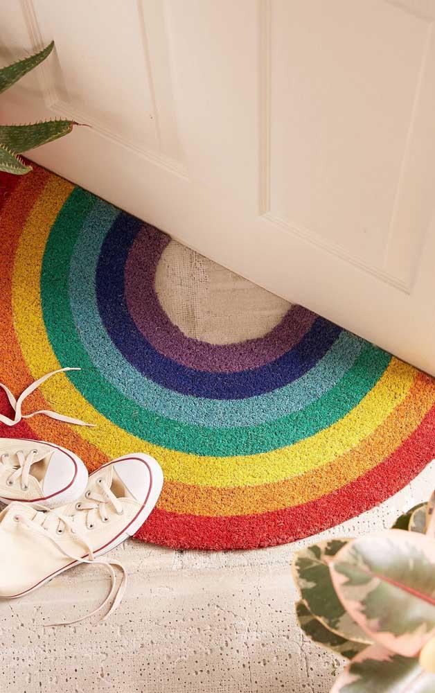 Um arco íris de borracha na entrada da casa