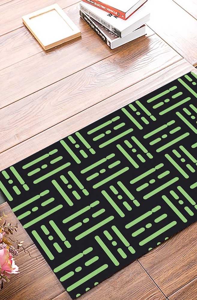 Cores contrastantes no tapete emborrachado para chamar a atenção para o piso