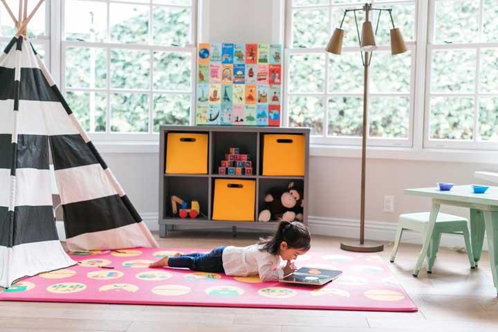 Use o tapete emborrachado para criar um cantinho de leitura no quarto infantil; as crianças podem ficar totalmente a vontade sobre ele
