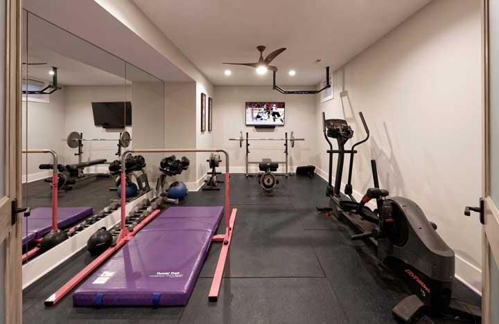 Para a academia em casa, não tem opção melhor do que forrar o chão com tapetes emborrachados; você protege o piso e ainda reforça a absorção dos impactos do treino