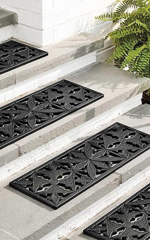 Na área externa da casa, os tapetes emborrachados garantem a segurança e protegem dos escorregões