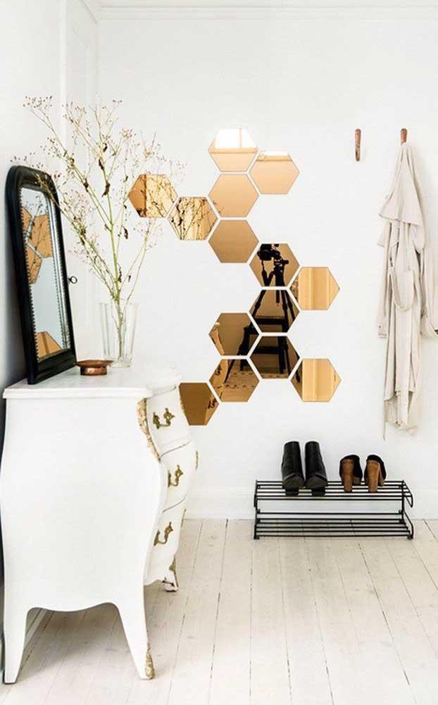 Composição de espelhos bronzes em formato hexagonal para o hall de entrada; elegância e estilo no ambiente