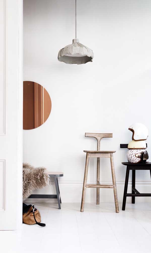 Clean e moderno, esse ambiente ganhou em charme e elegância com a presença do espelho bronze