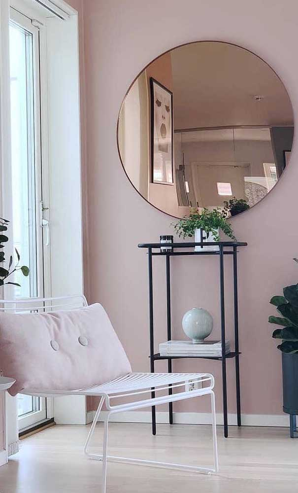Ambientes mais românticos também ficam incríveis com o espelho bronze