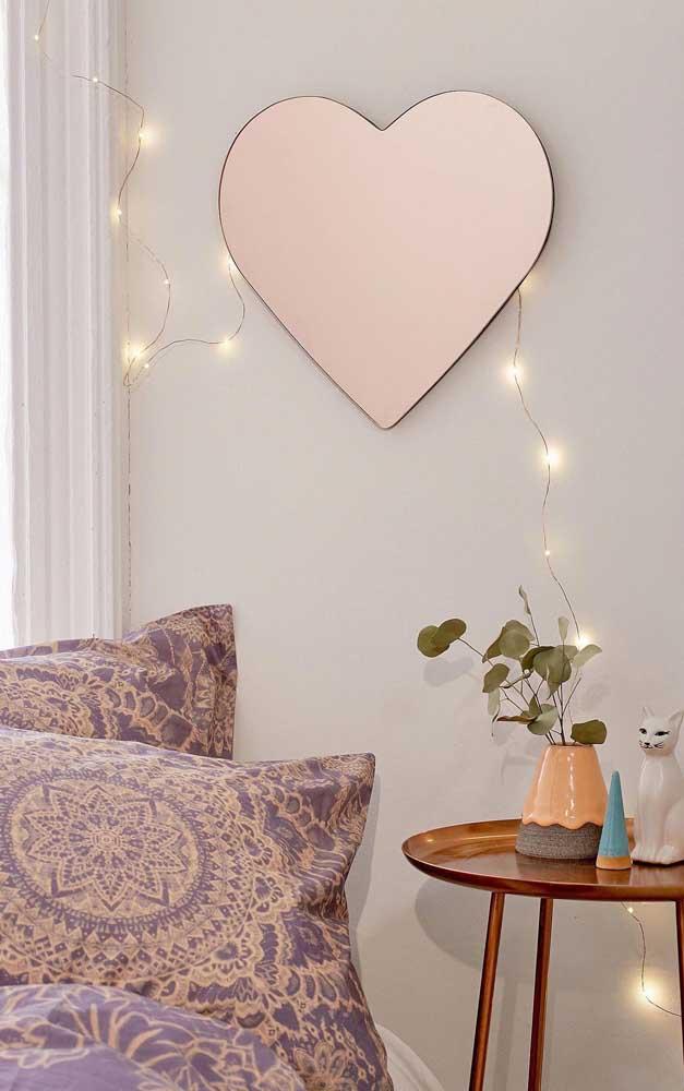 Que tal um espelho bronze em formato de coração? Um mimo na sala!