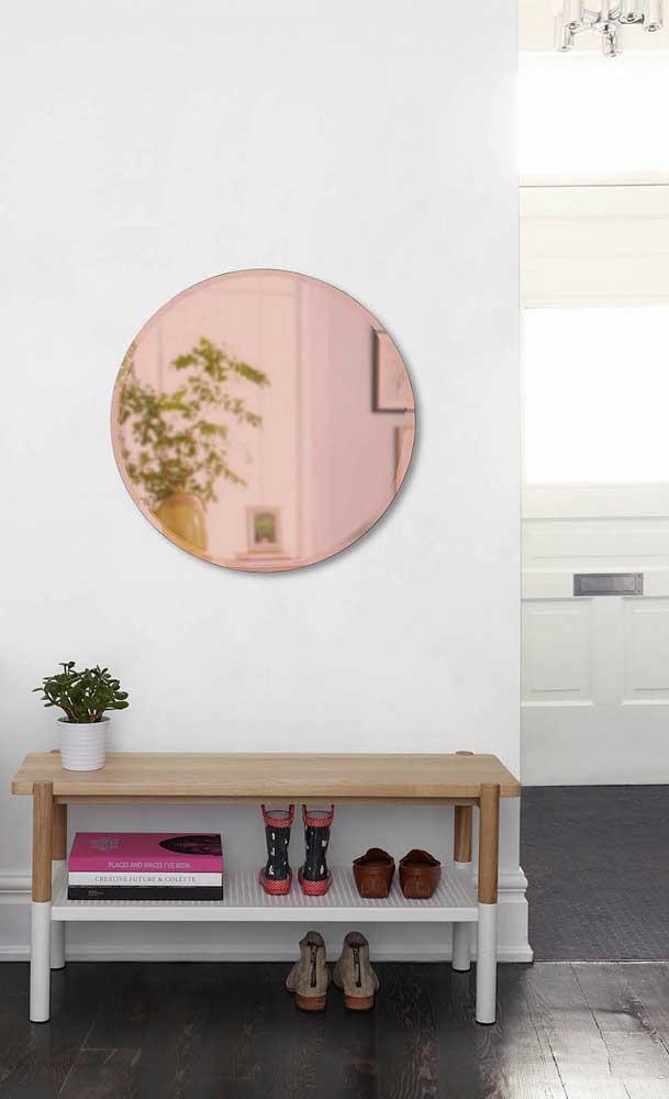 O espelho bronze garante um charme a mais para o hall de entrada