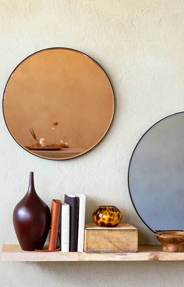 Espelho bronze e cinza se misturam nessa decoração