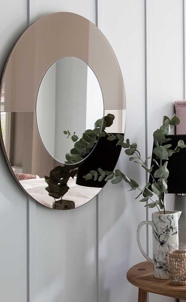"""Anota essa ideia aí porque vale a pena: aqui, o espelho cinza ganhou uma """"moldura"""" de espelho bronze"""