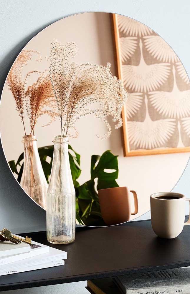 Apenas apoiado sobre o aparador, o espelho cobre envolve o ambiente com uma elegância moderna