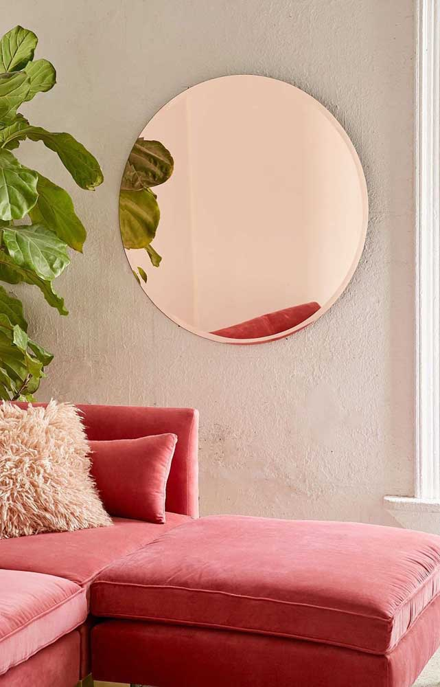 A sala de tons quentes e terrosos acertou em cheio na escolha do espelho bronze para a parede